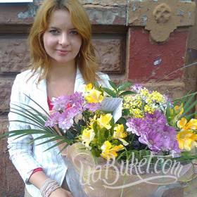Девушка с букетом хризантем и альстромерий - фото