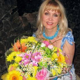 Счастливая именинница с букетом хризантем и гербер