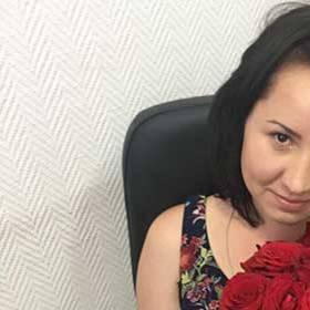 Получательница с букетом красных роз - фото
