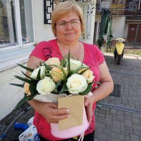 Получательница с коробкой из роз - фото