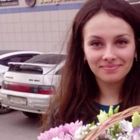 Девушка с корзиной из хризантем - фото