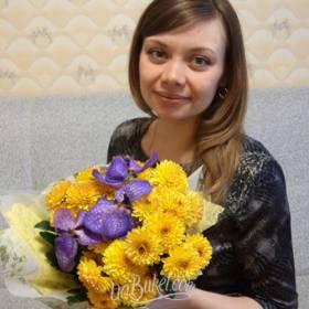 Девушка с букетом хризантем и орхидей - фото