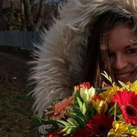 Девушка с букетом альстромерий и гербер - фото