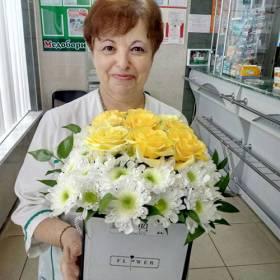 Розы и хризантемы в коробке для именинницы - фото