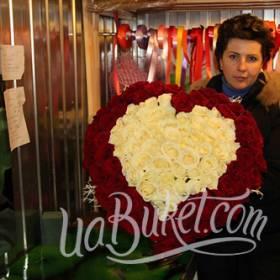 Композиция из роз в форме сердца для любимой - фото