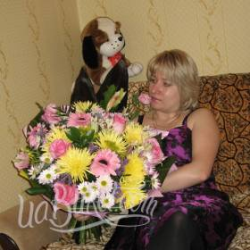 Яркий сборный букет для получательницы с доставкой - фото
