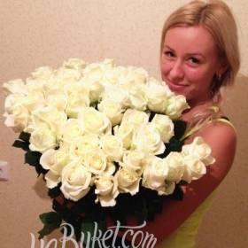 Очаровательная девушка с букетом белых роз - фото
