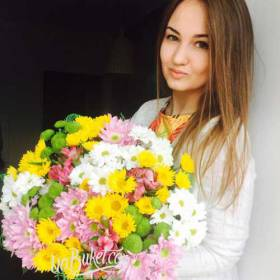 Девушка с букетом хризантем разных сортов - фото