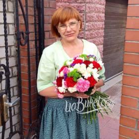 Получательница с букетом хризантем, роз и гвоздик