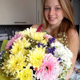 Девушка с букетом разноцветных хризантем и гербер