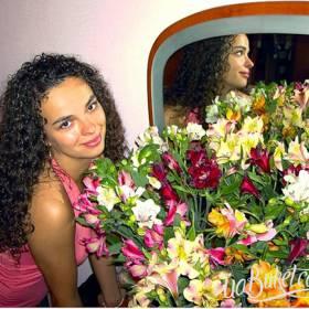 Девушка с большим букетом альстромерий - фото