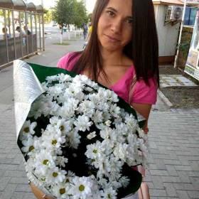 Девушка с букетом белых ромашковых хризантем - фото