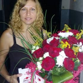 Роскошный букет из роз и хризантем и Раффаелло - фото