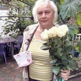 Именинница с букетом белых роз и Раффаелло - фото