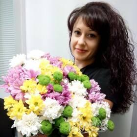 Девушка с букетом хризантем - фото
