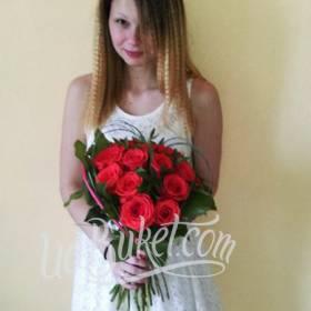 Девушка с букетом из красных роз - фото