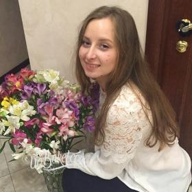 Девушка с букетом разноцветных альстромерий - фото