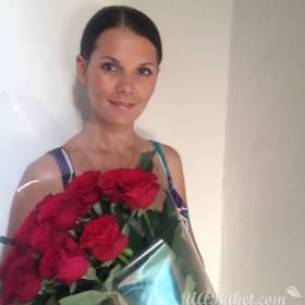 Красивая девушка с  красными розами - фото
