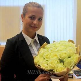 Девушка с букетом белых роз в упаковке - фото