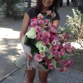 Девушка с букетом эустомы и роз - фото