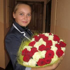Девушка с букетом из 35 роз - фото
