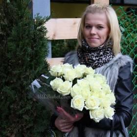 Именинница с белыми розами - фото