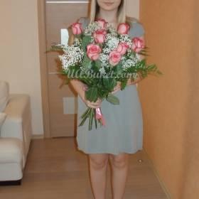 Девушка с букетом роз игуана - фото