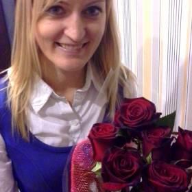 Девушка с розами в сетке - фото
