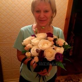 Розы в руках получателя - фото