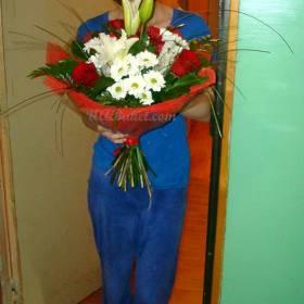 Девушка с букетом из лилии, розы, хризантемы - фото