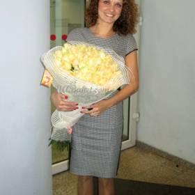 Девушка с белыми розами - фото