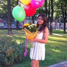 Девчушка с букетом и шариками - фото
