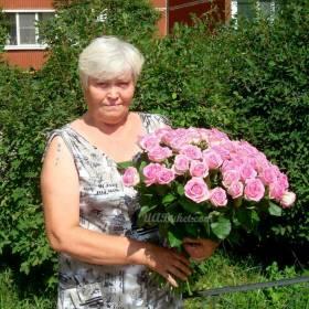 Женщина с розами аква - фото