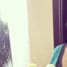 белые розы в руках получательницы - фото