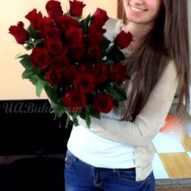 Улыбка на лице девушки с букетом из роз - фото