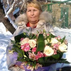 Женщина с букетом из роз и альстромерий - фото