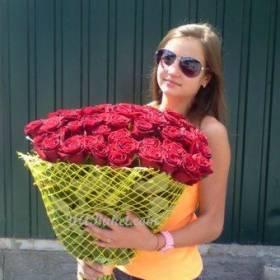 Красивая девушка с букетом красных роз - фото