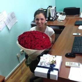 Улыбающаяся девушка с букетом роз - фото
