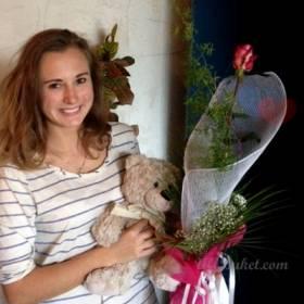 Счастливая получательница розы и медведя - фото