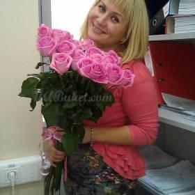 Довольная девушка с букетом роз Аква - фото