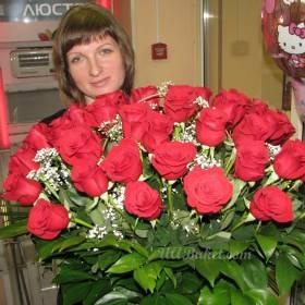 девушка с импортными красными розами - фото
