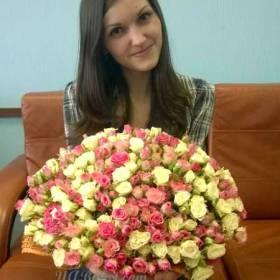 девушка с букетом кустовых роз - фото
