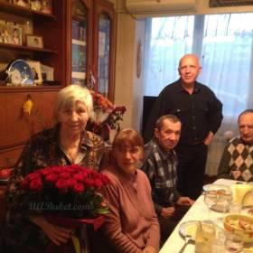 Женщина с букетом из 51 красной розы - фото