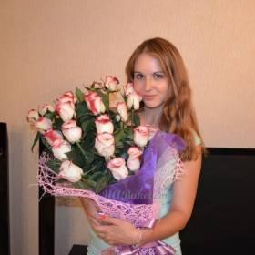 Девушка с розами сорта Свитнесс - фото