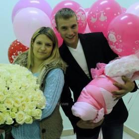 Семья с букетом роз и шарами - фото