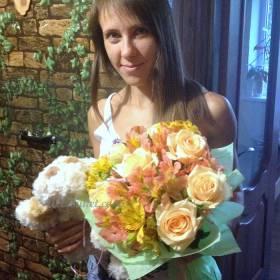 Девушка с букетом роз и альстромерии - фото