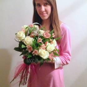 Девушка с букетом альстромерий и роз -фото