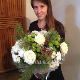 Девушка с новогодним букетом цветов - фото