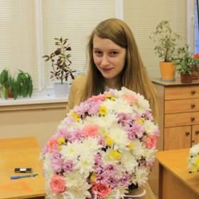 Получательница  с букетом хризантем и роз - фото