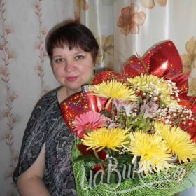 Именинница с букетом хризантем - фото